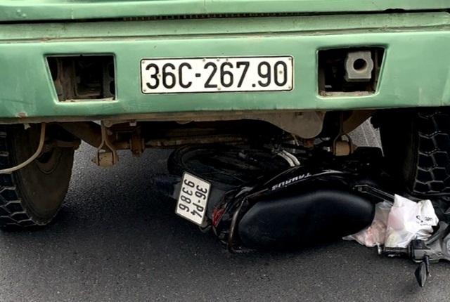 Xe máy bị cuốn vào gầm xe tải, 2 người phụ nữ tử vong - 2