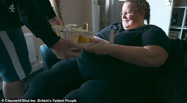 Khán giả chỉ trích người chồng liên tục phục vụ đồ ăn cho vợ nặng... 190 kg - 1