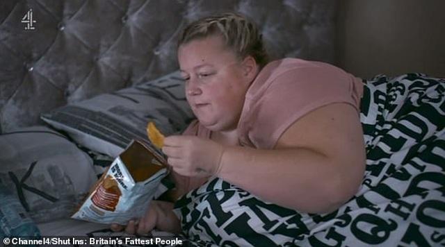 Khán giả chỉ trích người chồng liên tục phục vụ đồ ăn cho vợ nặng... 190 kg - 2