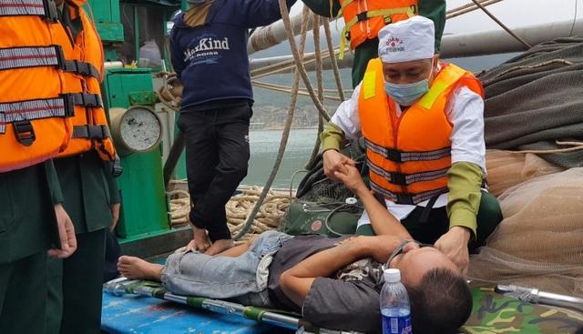 Tàu cá bốc cháy ngoài khơi, 8 thuyền viên may mắn thoát nạn - 1