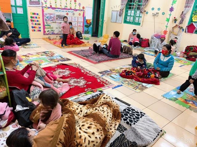 Xót xa hình ảnh 75 học sinh mầm non mặc áo mưa đi cách ly ở Hải Dương - 4