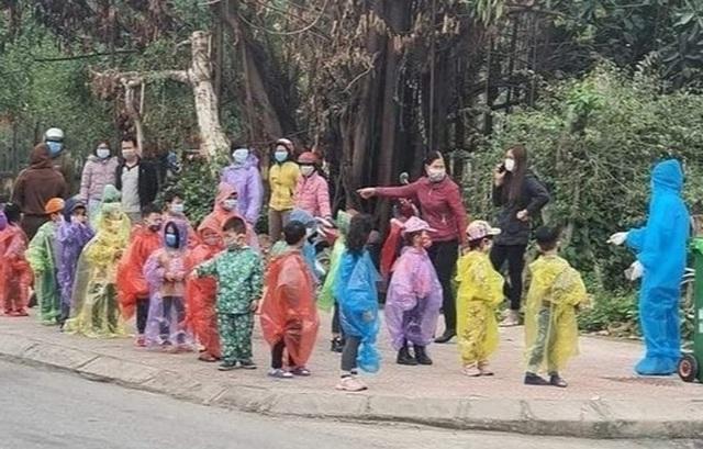 Xót xa hình ảnh 75 học sinh mầm non mặc áo mưa đi cách ly ở Hải Dương - 2