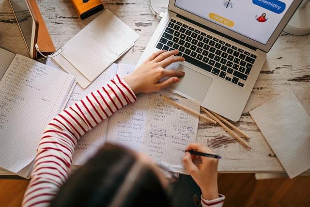 Anh: Không dễ dàng để duy trì động lực cho trẻ em khi học ở nhà vì Covid-19 - 1