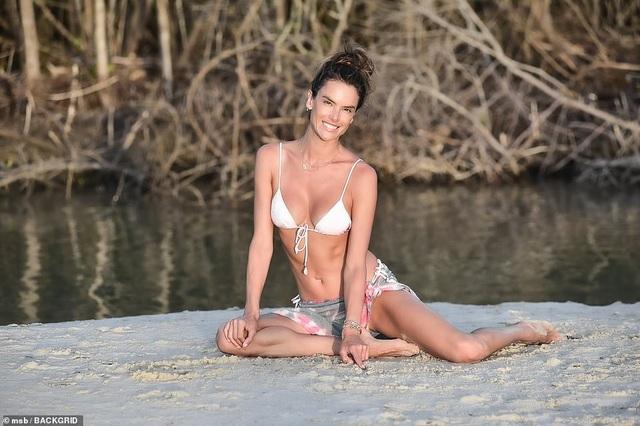 Thiên thần nội y Alessandra Ambrosio vẫn quyến rũ ở tuổi 40 - 3
