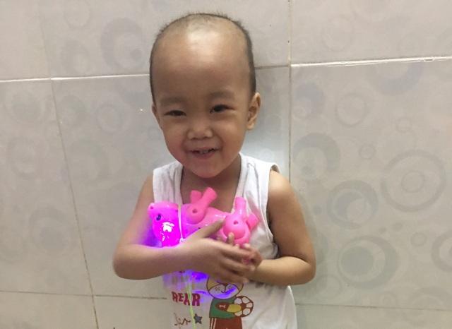 Bạn đọc Dân trí giúp đỡ cậu bé bị bệnh bạch cầu hơn 282 triệu đồng - 1