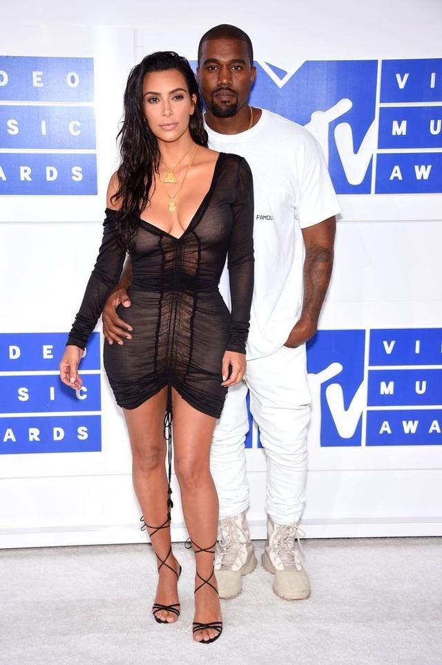 Kim Kardashian ít có liên hệ với Kanye West - 7