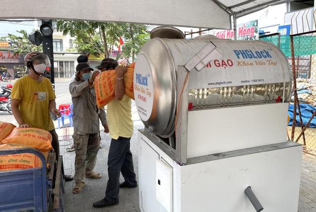 Cây ATM gạo phục vụ miễn phí hàng nghìn hộ dân trong khu vực cách ly - 2