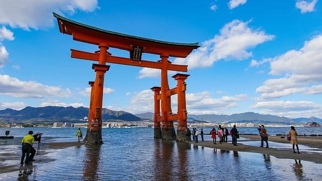 Ngôi đền danh tiếng với cổng torii nổi độc nhất vô nhị - 1