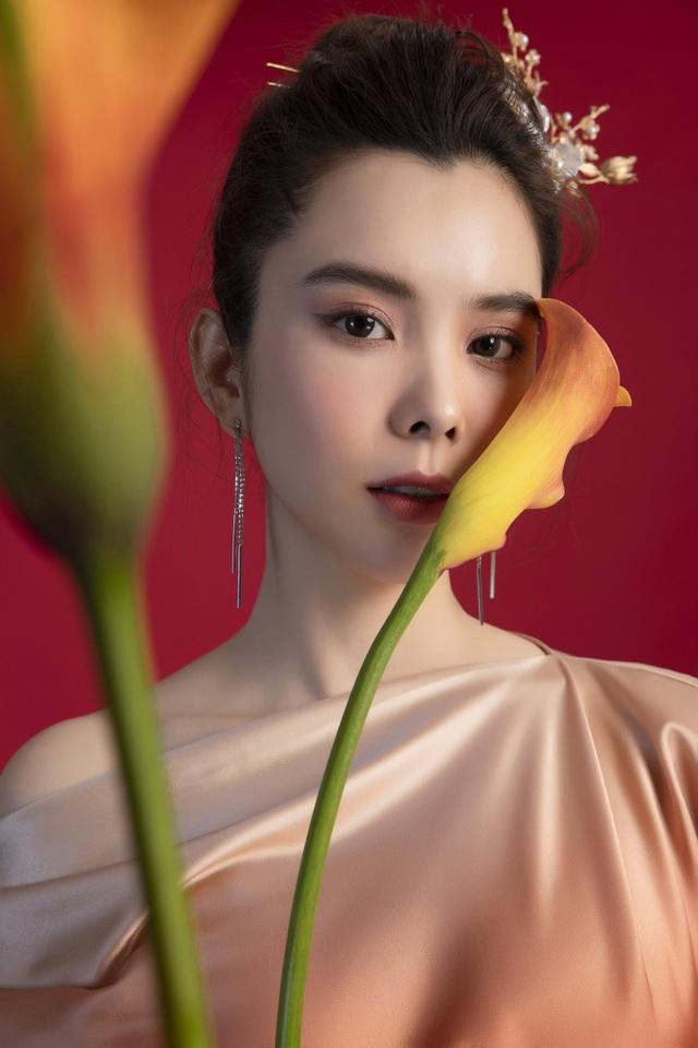 Hoa hậu Huỳnh Vy diện váy sắc màu rực rỡ - 1