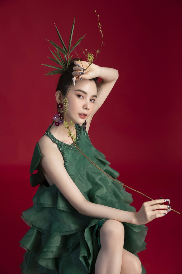 Hoa hậu Huỳnh Vy diện váy sắc màu rực rỡ - 4