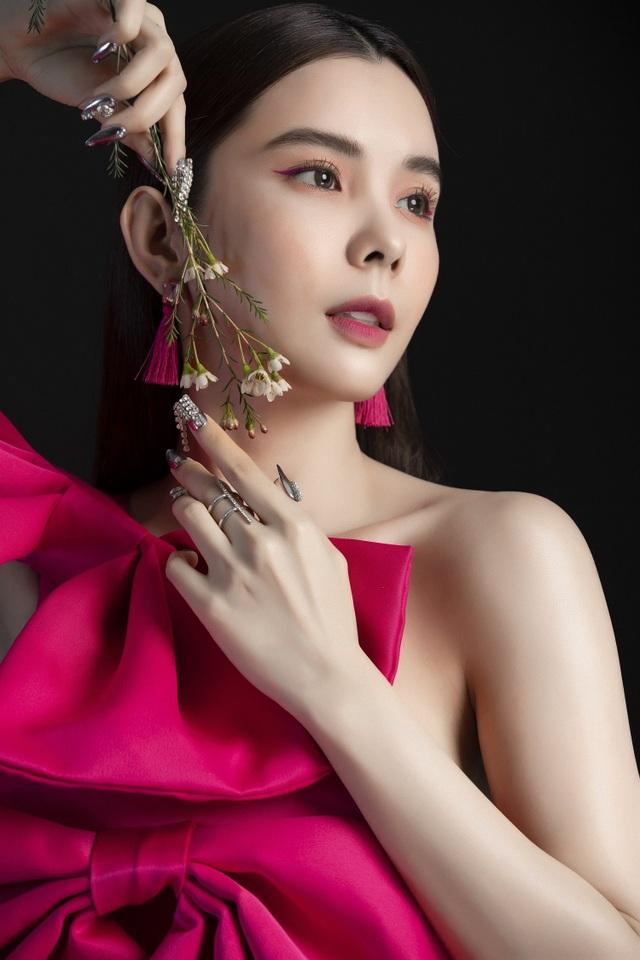 Hoa hậu Huỳnh Vy diện váy sắc màu rực rỡ - 3