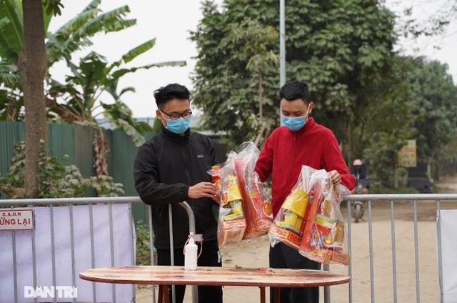 Đồ cúng tiễn Táo quân được chuyển tận tay người trong khu cách ly ở Hà Nội - 4