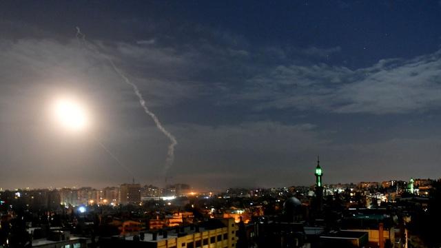 Video phòng không Syria khai hỏa đánh chặn tên lửa nghi của Israel - 1