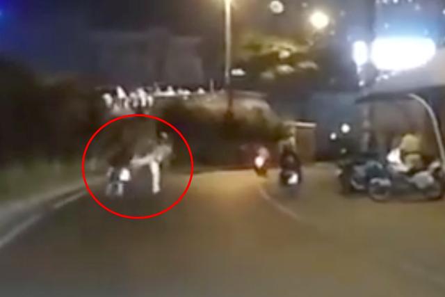 Xôn xao clip CSGT tung cước vào người đi xe máy - 1