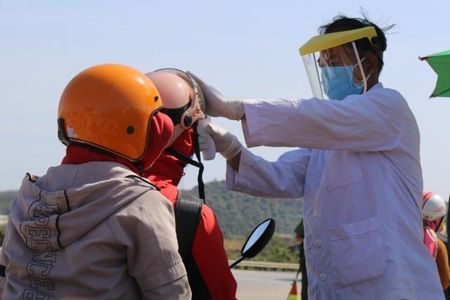 Hàng ngàn người khai báo y tế, đo thân nhiệt tại cửa ngõ Tây Nguyên - 2