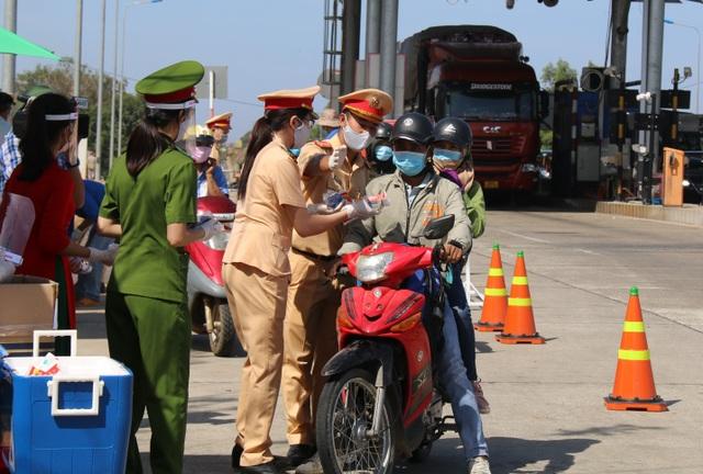 Hàng ngàn người khai báo y tế, đo thân nhiệt tại cửa ngõ Tây Nguyên - 3