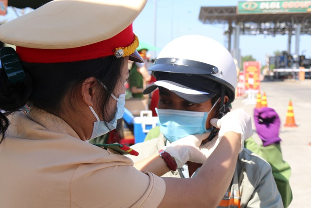 Hàng ngàn người khai báo y tế, đo thân nhiệt tại cửa ngõ Tây Nguyên - 4