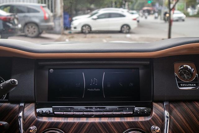 Cận cảnh Rolls-Royce Cullinan 5 chỗ: Gia vị khác lạ cho đại gia Việt - 10