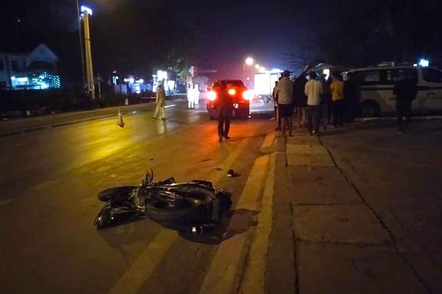 Xe tải đâm xe máy rồi lao vào cột điện, 3 người tử vong - 3