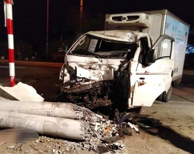 Xe tải đâm xe máy rồi lao vào cột điện, 3 người tử vong - 1