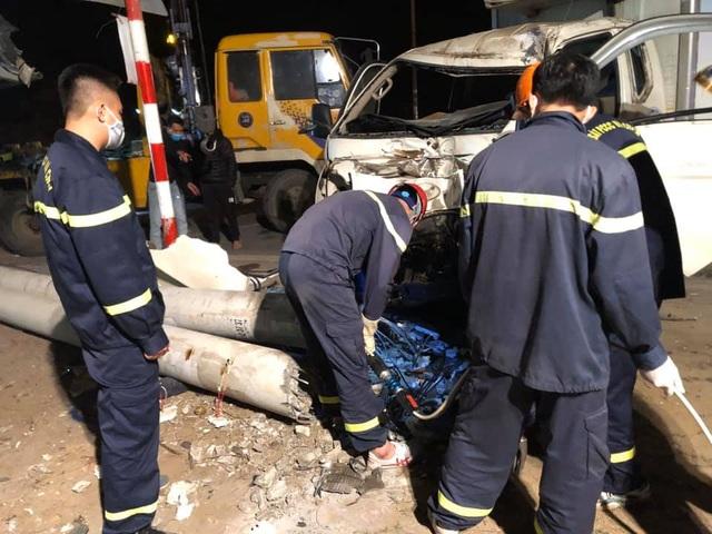 Xe tải đâm xe máy rồi lao vào cột điện, 3 người tử vong - 2