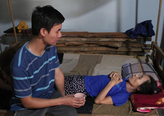 Hơn 112 triệu đồng của bạn đọc giúp cậu sinh viên mồ côi chăm mẹ bệnh tật - 1