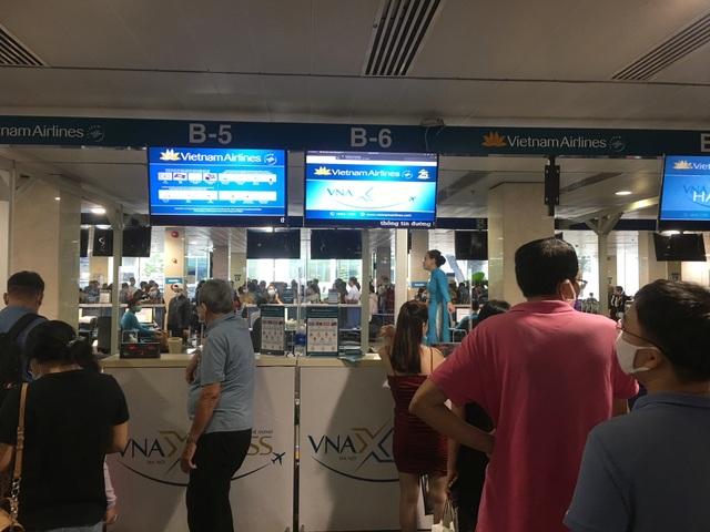 Hàng loạt khách trả vé máy bay Tết giữa lúc Covid-19 căng thẳng - 1