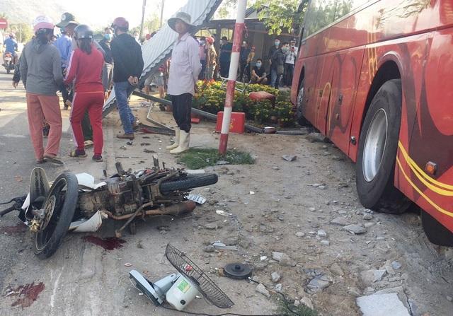 Ô tô chở 40 người đâm vào quán phở - 1