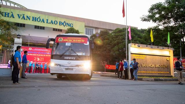 Chuyến xe nghĩa tình đưa 1.500 công nhân về quê ăn Tết - 11