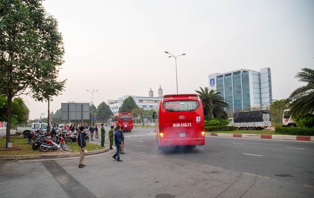 Chuyến xe nghĩa tình đưa 1.500 công nhân về quê ăn Tết - 13
