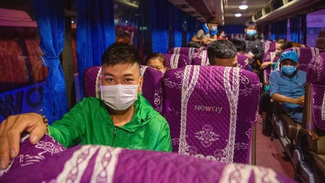 Chuyến xe nghĩa tình đưa 1.500 công nhân về quê ăn Tết - 7