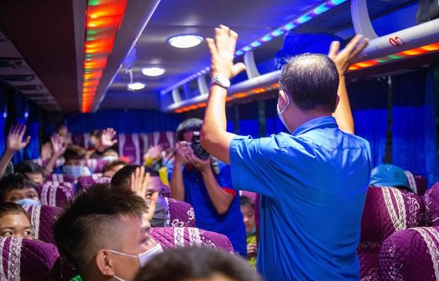 Chuyến xe nghĩa tình đưa 1.500 công nhân về quê ăn Tết - 9