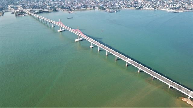 Cầu gần 1.000 tỷ nối Nghệ An - Hà Tĩnh cho phép một số xe lưu thông dịp Tết - 1
