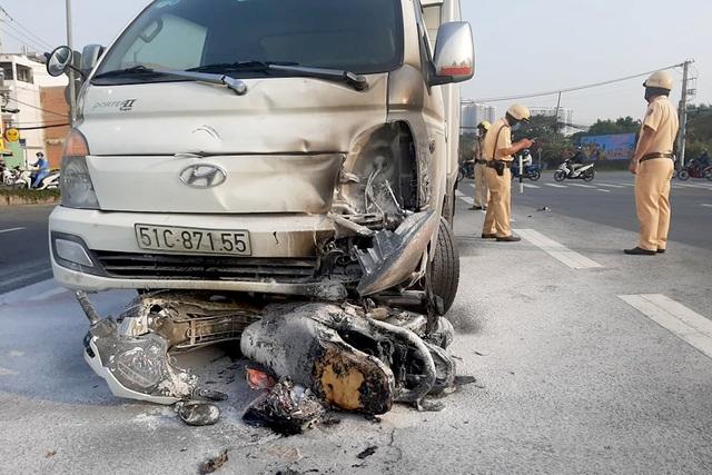 Xe máy bị xe tải kéo lê rồi cháy rụi, 1 người nguy kịch - 1