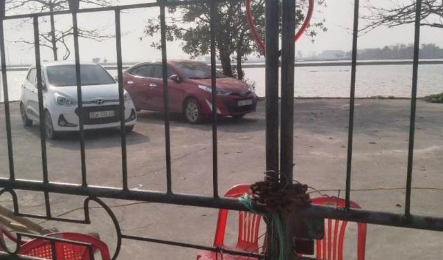 Người dân giữ 2 xe ô tô của cán bộ Trung tâm quỹ đất huyện - 1