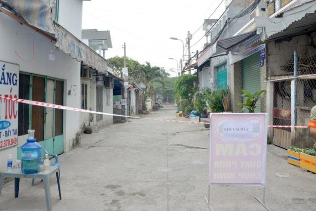 Cận cảnh phong tỏa nơi ở của 4 nhân viên sân bay Tân Sơn Nhất mắc Covid-19 - 2