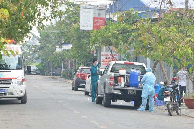 Cận cảnh phong tỏa nơi ở của 4 nhân viên sân bay Tân Sơn Nhất mắc Covid-19 - 5