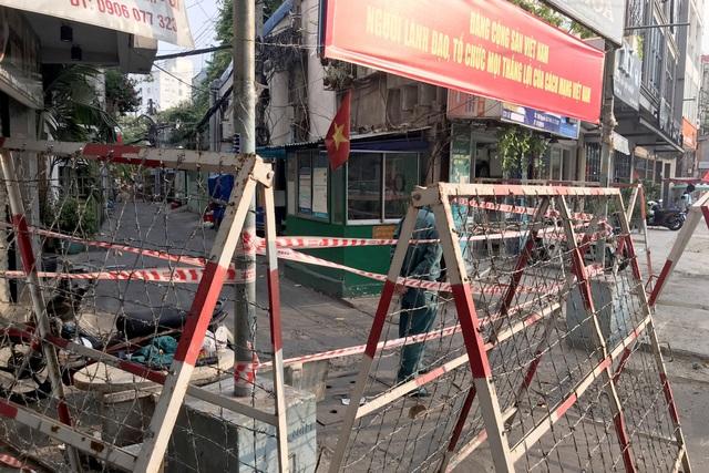 Cận cảnh phong tỏa nơi ở của 4 nhân viên sân bay Tân Sơn Nhất mắc Covid-19 - 6