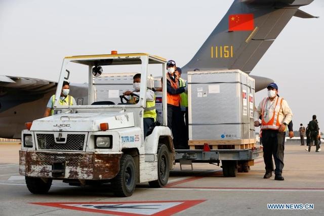 Ông Hunsen đích thân ra sân bay nhận vắc xin Covid-19 Trung Quốc tặng - 3