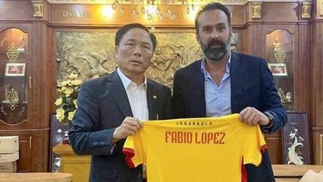 HLV Fabio Lopez đưa bằng chứng thắng kiện, chờ tiền phạt từ bầu Đệ - 1