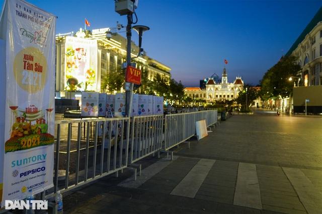Du khách ngỡ ngàng khi đường hoa Nguyễn Huệ không khai mạc, 17h đóng cửa - 9