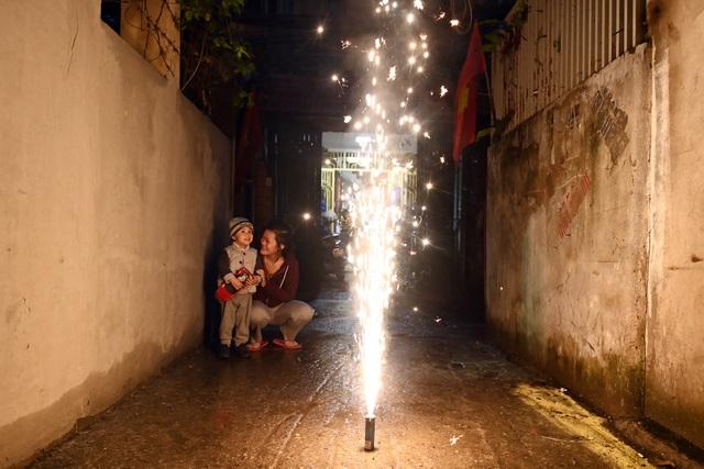 Người dân đội mưa tới mua pháo, đốt trải nghiệm ngay trước Tết ở Hà Nội - 11