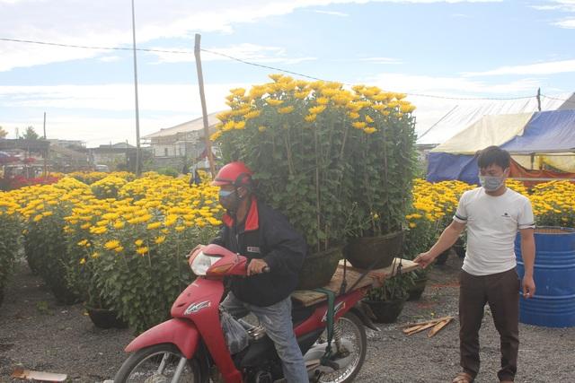 Gia Lai: Người chở hoa nhọc nhằn kiếm tiền ngày cận Tết - 1