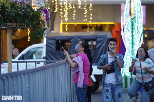 Du khách ngỡ ngàng khi đường hoa Nguyễn Huệ không khai mạc, 17h đóng cửa - 2