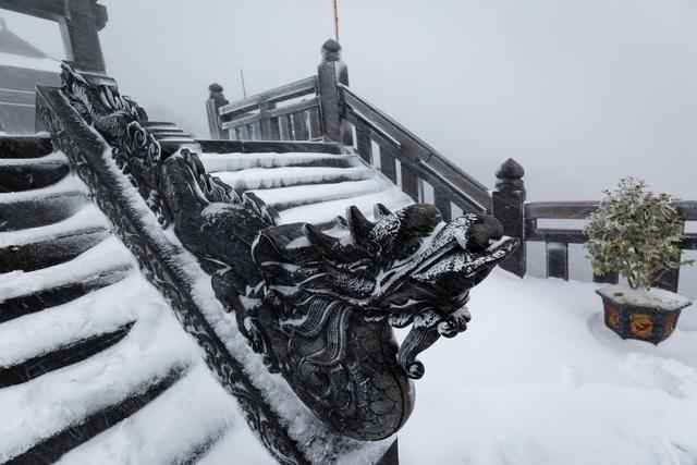 Du khách đổ về Fansipan ngắm cảnh tuyết rơi dày đặc như trời Âu ảnh 4