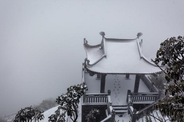 Du khách đổ về Fansipan ngắm cảnh tuyết rơi dày đặc như trời Âu ảnh 3