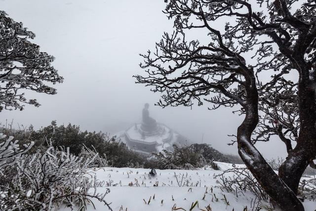 Du khách đổ về Fansipan ngắm cảnh tuyết rơi dày đặc như trời Âu ảnh 2