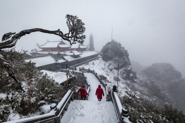Du khách đổ về Fansipan ngắm cảnh tuyết rơi dày đặc như trời Âu ảnh 5