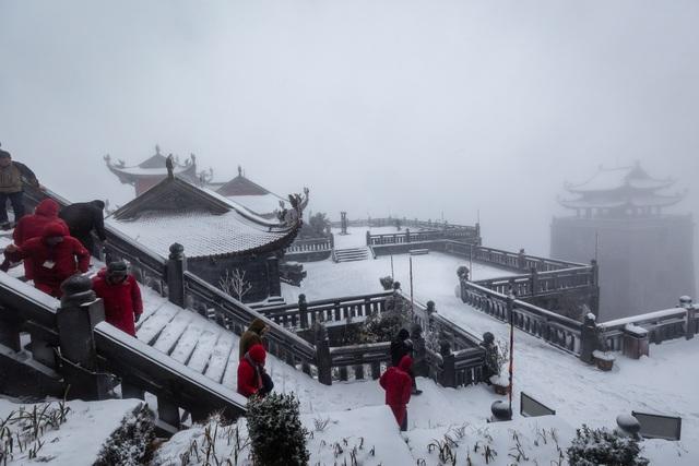 Du khách đổ về Fansipan ngắm cảnh tuyết rơi dày đặc như trời Âu ảnh 6