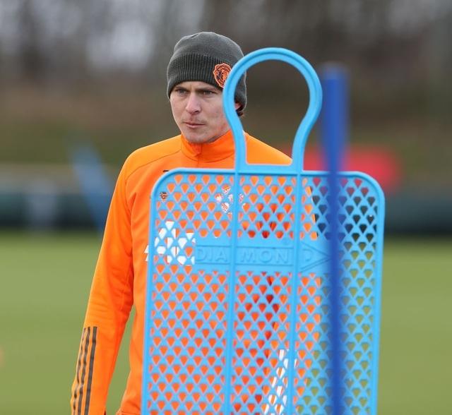Thần đồng 17 tuổi lên tập cùng đội hình chính của Man Utd - 16